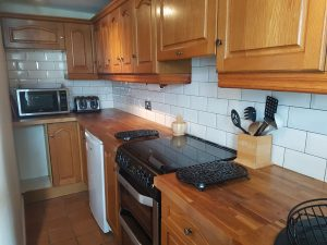 self catering holiday cottage with fully equipped kitchen, microwave, toaster, fridge and breakfast bar